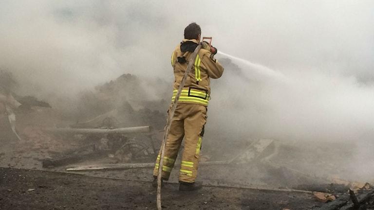 Bergslagens räddningstjänst i eftersläckningsarbete vid nedbrunnen villa i Visnums Kil. Foto: Ola Finell.