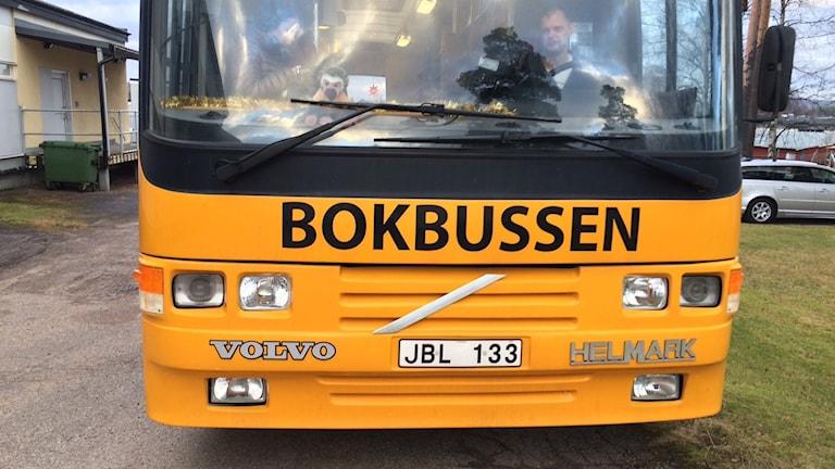 Den ombyggda bokbussen som nu går under namnet betalbokbussen i Torsby kommun. Foto: Jenny Tibblin, Sveriges Radio.
