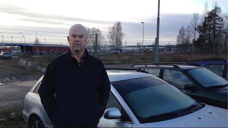 Leif Nyström, polisen i Värmland, framför en silvergrå Audi som med stor sannolikhet kommer att skrotas. Foto: Anton Eriksson/Sveriges Radio P4 Värmland