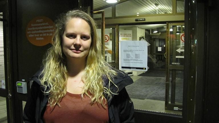 Jonna Persson står utanför stadshusets portar. Foto: Joel Segerdahl.