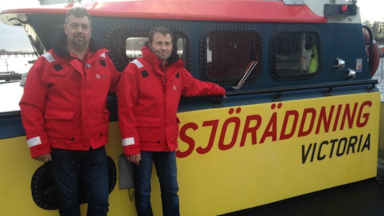 Morgan Jansson och Henrik Eriksson framför båten Victoria. Foto: Robert Ojala/Sveriges Radio