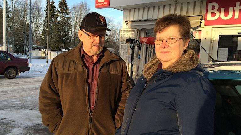 Bensinmackskunderna Leif och Agneta Svanlund. Foto: Laila Carlsson/Sveriges Radio.