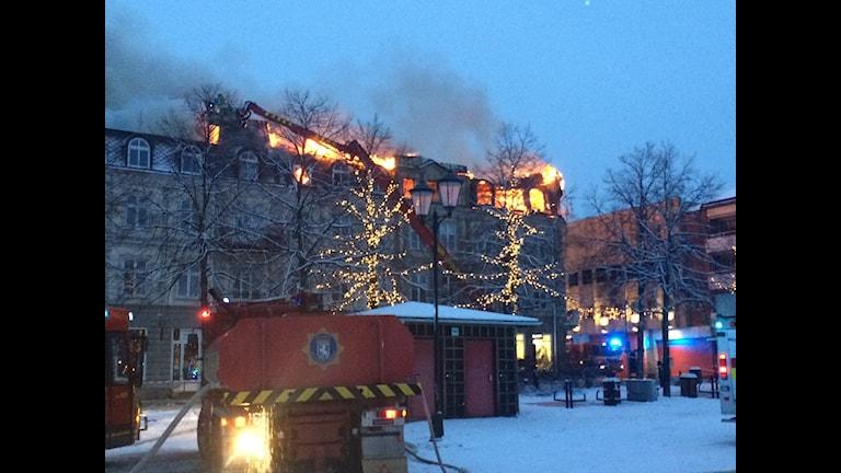 Det brinner i fastigheten vid Storgatan/Västra Torggatan i Arvika. Foto: Jenny Tibblin/Sveriges Radio