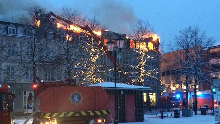 Det brinner i fastigheten vid Storhatan/Västra Torggatan i centrala Arvika. Foto: Jenny Tibblin/Sveriges Radio