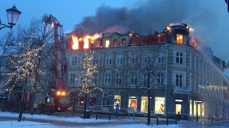 Det brinner i en fastighet i centrala Arvika vid Storgatan/Västra Torggatan. Foto: Jenny Tibblin/Sveriges Radio