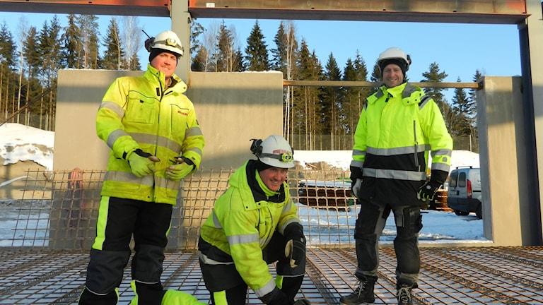 Snickarna Stefan Levander Axelsson, Lars Kling och Anders Kling på ett bygge i Karlstad Foto Roy Malmborg Sveriges Radio