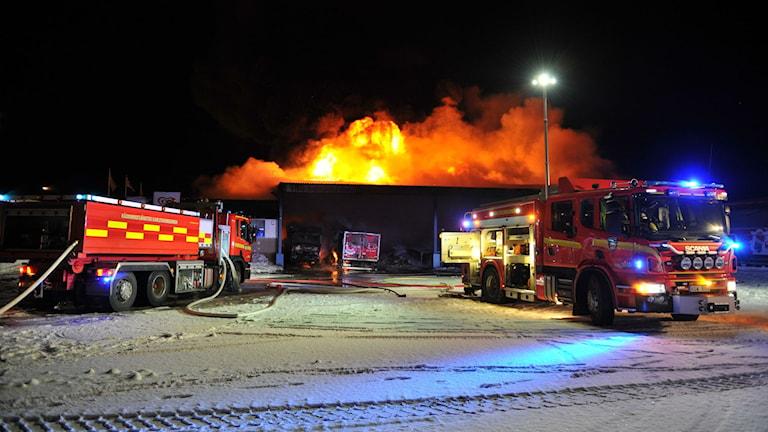 Brand i byggnad och lastbilar. Foto: Foto: David Hårseth/Dagsmedia.se