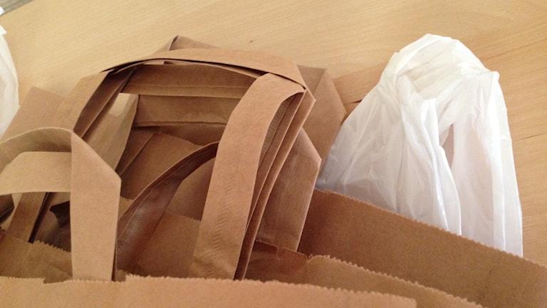 Plast- och papperskassar.