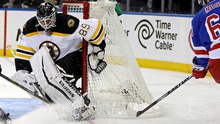 Jonas Gustavsson i Boston Bruins mål. Foto: Adam Hunger/TT/AP Photo.