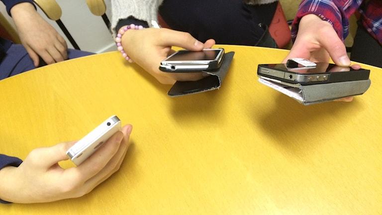 Kajsa Pasanen, Maria Alipour och Ramyar Shahsavari som alla går i sjuan på Frödingskolan har olika åsikter om höjd åldersgräns på sociala medier. Foto: Jenny Tibblin/Sveriges Radio.