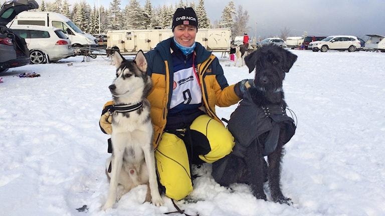 Nina Finstad med sina draghundar. Foto: Per Larsson/Sveriges Radio.