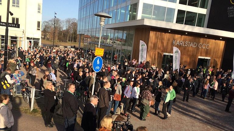 Folk utanför CCC. Foto: Per Larsson/Sveriges Radio.