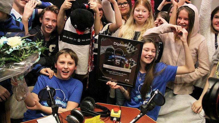 Melker Westin och Lova Hjerdt jublar i studion. Foto: Lars-Gunnar Olsson/Sveriges Radio.