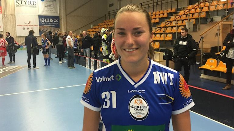 Lagkaptenen Tilda Flodell efter vinsten mot Pixbo med 7-6 e.förl. Foto: Daniel Viklund/Sveriges Radio.