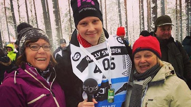Robert Ojala tillsammans med Eva och Eivor. Foto: Sveriges Radio