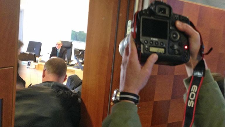 Bild tagen utanför dörrarna vid en förhandling i tingsrätten. Foto: Therese Håkansson/Sveriges Radio.