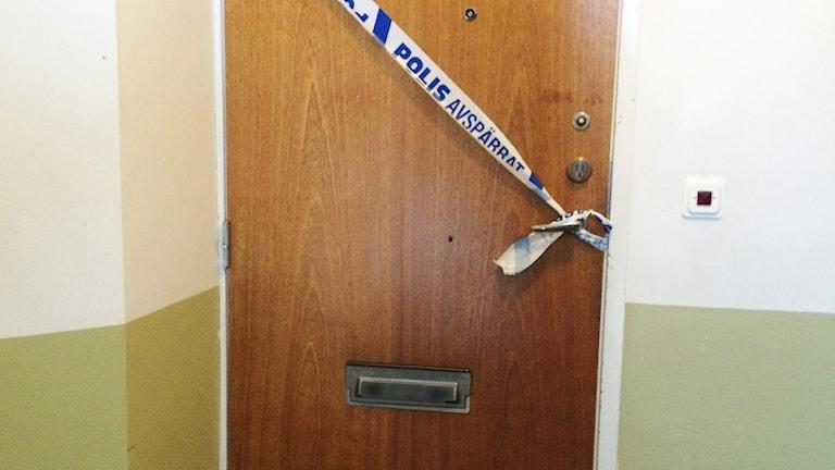 En lägenhet där avspärrningsband täcker dörren. Foto: Jenny Tibblin/Sveriges Radio.