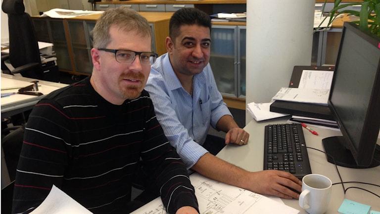 Jonas Haglund på Tengboms arkitektbyrå anställde syriske arkitekten Waseem Alnimeh efter två månaders praktik. Foto Therese Håkansson Sveriges Radio