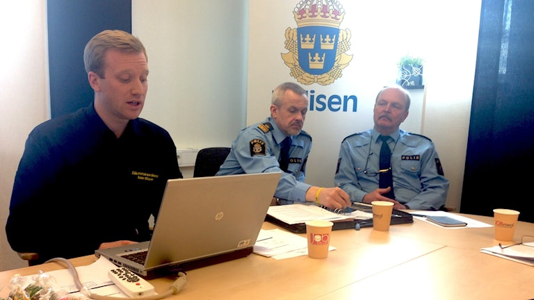 Robin Olsson, säkerhetskoordinator,  kommunpoliserna Anders Johansson och Lennart Hynynen informerar om medborgarlöftet i Karlstads kommun.