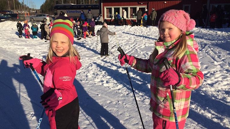 Alva Vieweg och Hilda Karpinen. Filipstad. Arlaloppet. Foto: Jenny Tibblin/Sveriges Radio