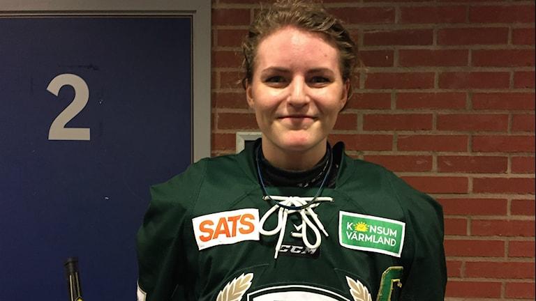 Lagkaptenen Julia Pettersson efter segern mot Haninge med 2-0. Foto: Daniel Viklund/Sveriges Radio.
