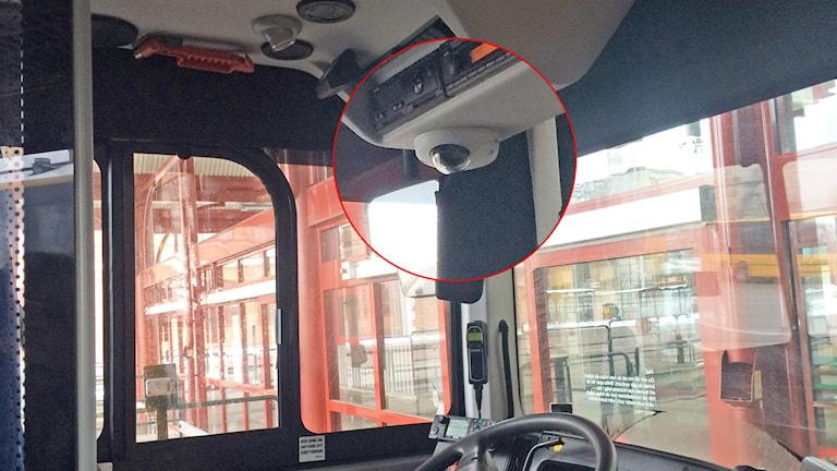 Intreriörbild från en buss med en inzoomad övervakningskamera. Foto: Malin Björk/Sveriges Radio.