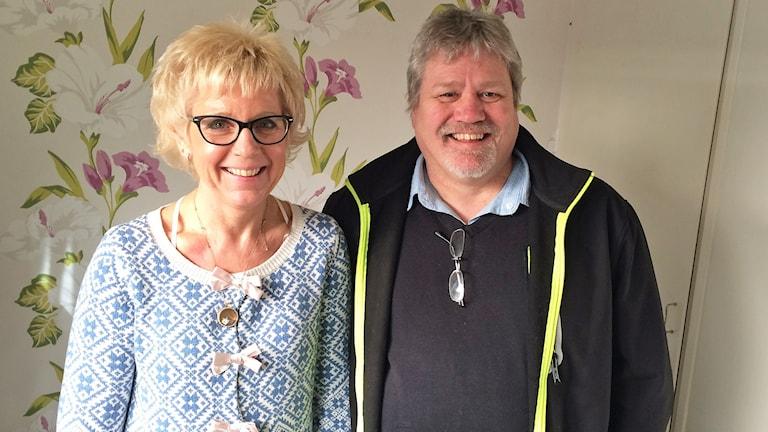 Verksamhetschef Eva-Lena Svensson och Anders Nilsson (V). Foto: Per Larsson/Sveriges Radio.