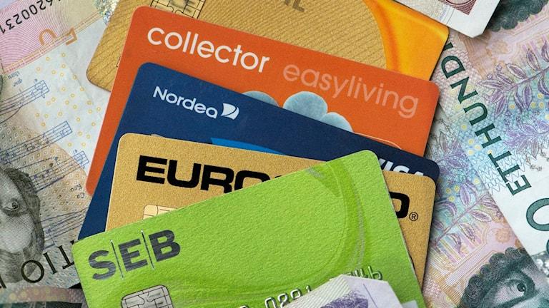 Betalkort och sedlar. Foto: Fredrik Sandberg/TT.