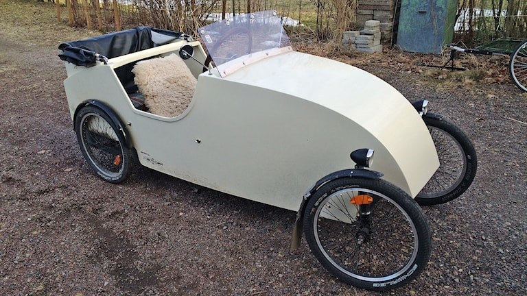 En vit cykelbil. Foto: Jenny Tibblin/Sveriges Radio.