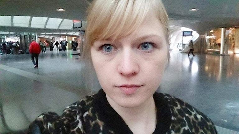 Cecilia Khouma från Säffle på plats vid flygplatsen i Liege. Foto: Privat.