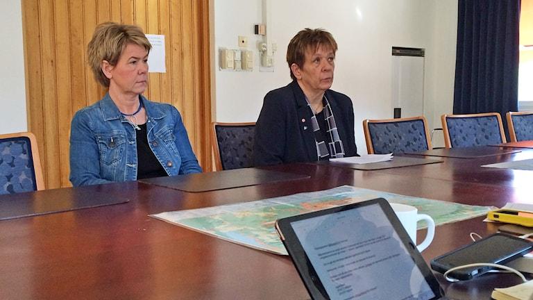 Caroline Depui och Siw Gidlöf (S). Foto: Per Larsson/Sveriges Radio.
