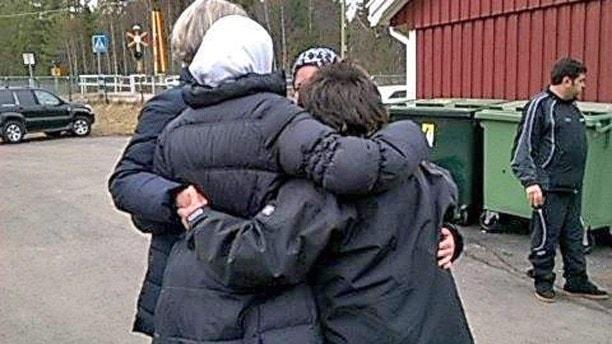 En grupp människor håller om varandra. Foto: Privat.