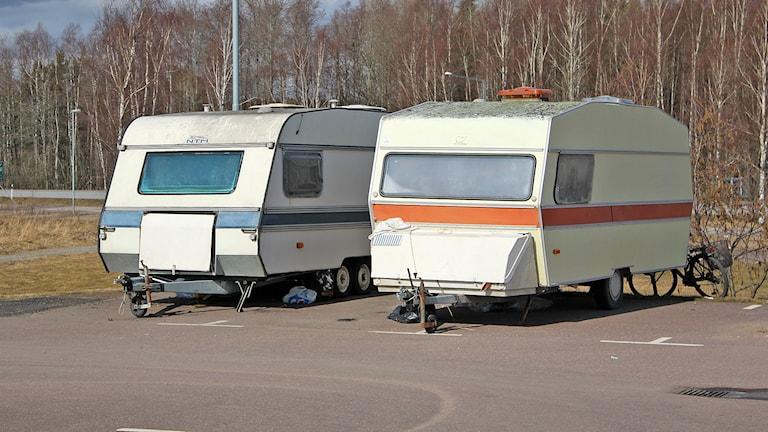 Migranthusvagnar på IKEA parkeringen.