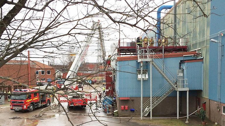 Räddningstjänstfordon utanför byggnad. Foto: Lennart Nordenstein/Sveriges Radio.
