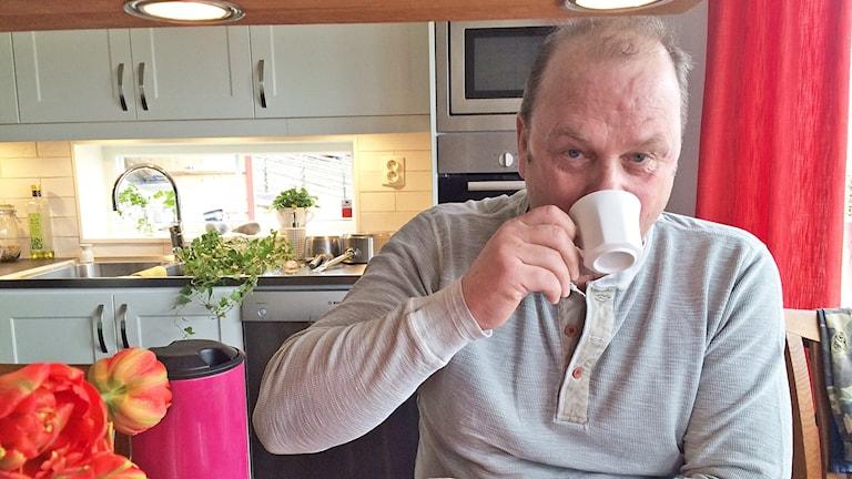 "Per-Erik ""Perra"" Johnsson dricker kaffe. Foto: Jenny Tibblin/Sveriges Radio."
