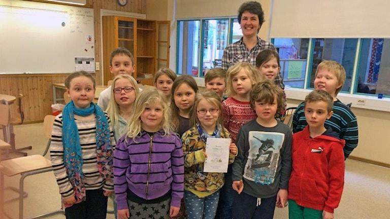 Eleverna i årskurs ett på Svensby skola håller upp Törnrosasagan