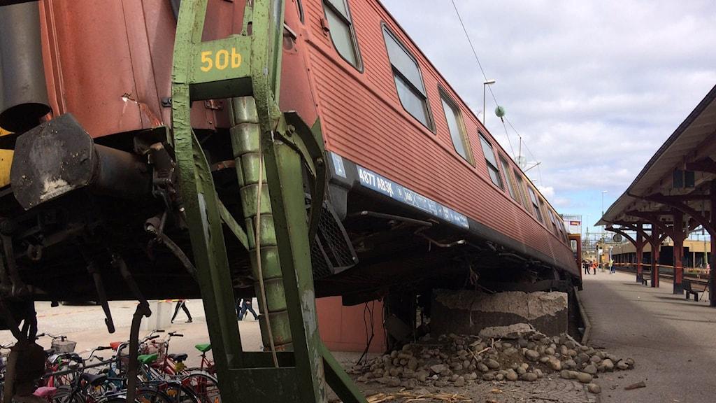 Ett tåg har spårat ur vid tågstationen i centrala Karlstad.