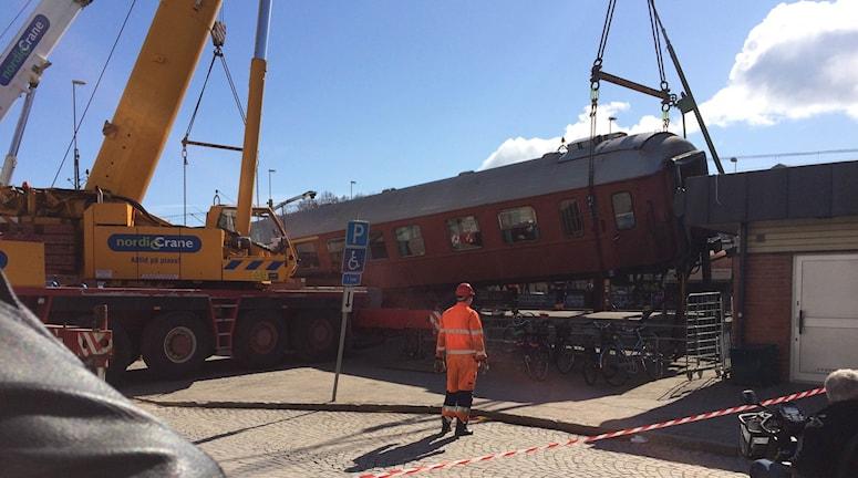 Två kranar lyfter bort tågvagnen. Foto: Ulla Walldén/Sveriges Radio