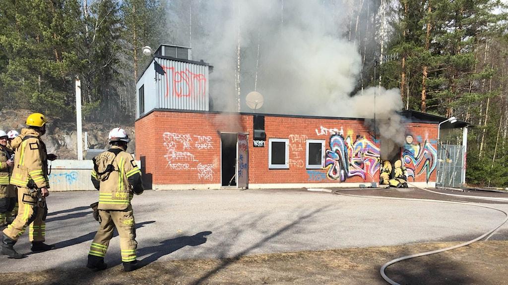 Efter explosionen började ställverket brinna.