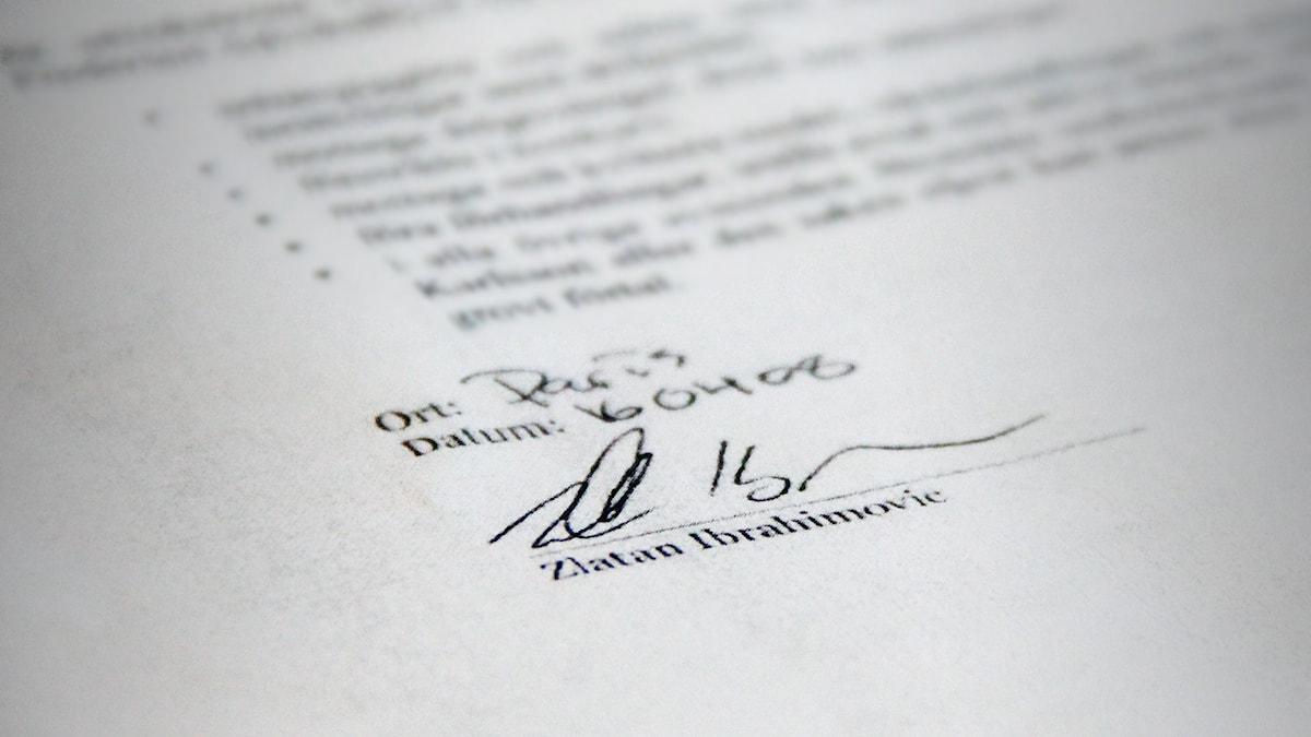 Zlatans namnunderskrift på ett papper. Foto: Sveriges Radio.