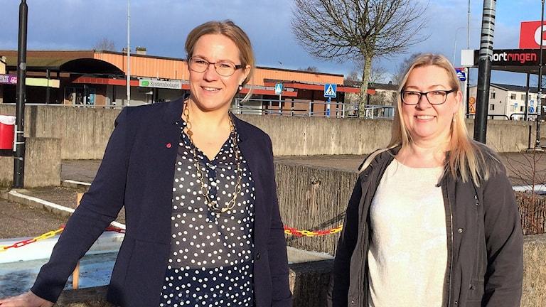 Åsa Johansson (S), kommunalråd i Hagfors, och Maria Bjuresäter Östlund. Foto: Per Larsson/Sveriges Radio.