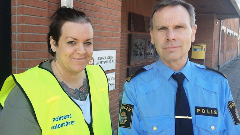 Marie Zygner, polisvolontär, och Ulf Sjöö, polis i Filipstad. Foto: Per Larsson/Sveriges Radio.