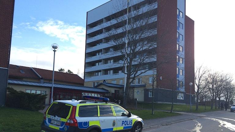 En man omkom efter att ha fallit från åttonde våningen.