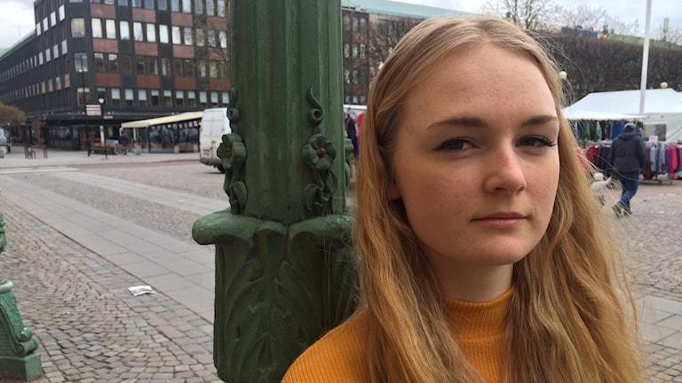 Alice Fallström, ledamot i Ungdomsfullmäktige i Karlstad om demonstrationen på Sundstagymnasiet kl 12.00 i Karlstad.