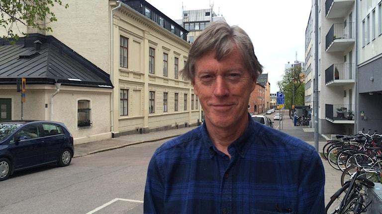 allergolog Anders Berner står på en gata
