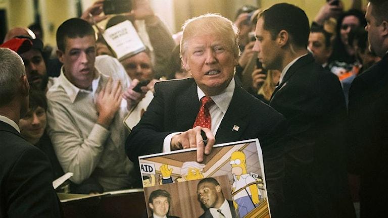 Donald Trump i folksamling , visar bild med Homer Simpson