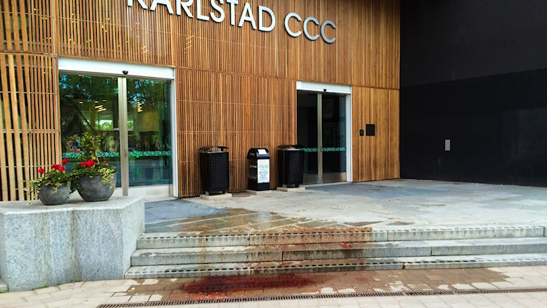 The blood-like paint on the steps of the Karlstad conference centre.