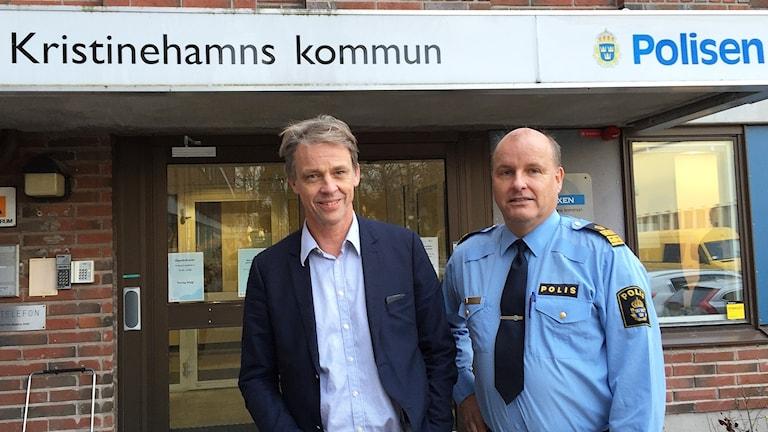 Anders Dahlén, kommunchef i Kristinehamn, och Lars Serander, polisen i Kristinehamn. Foto: Robert Ojala/Sveriges Radio.