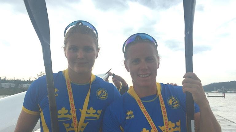 Kanotisterna Moa Wikberg och Karin Johansson. Foto: Linn Nenzén/Sveriges Radio.
