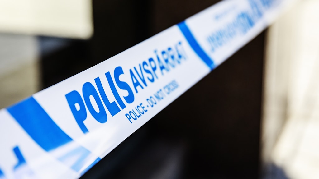 Närbild på ett polisavspärrningsband med suddig bakgrund. Foto: Emma-Sofia Olsson/SvD/TT